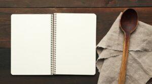 """Das Bild """"Die Löffelliste"""" zeigt ein leeres Notizheft mit einem Holzlöffel"""