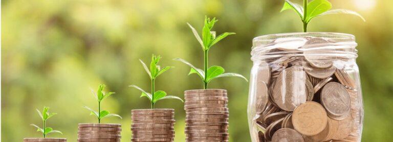 Mehr Geld: Reichtum Vermoegen Wohlstand zu sehen sind Münzen deren Anzahl von linkes nach rechts ansteigt
